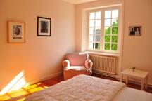 Chambre 2 avec un lit double.