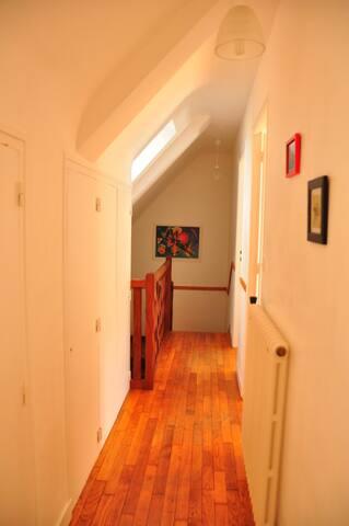 Trois chambres et une salle de bain à l'étage.