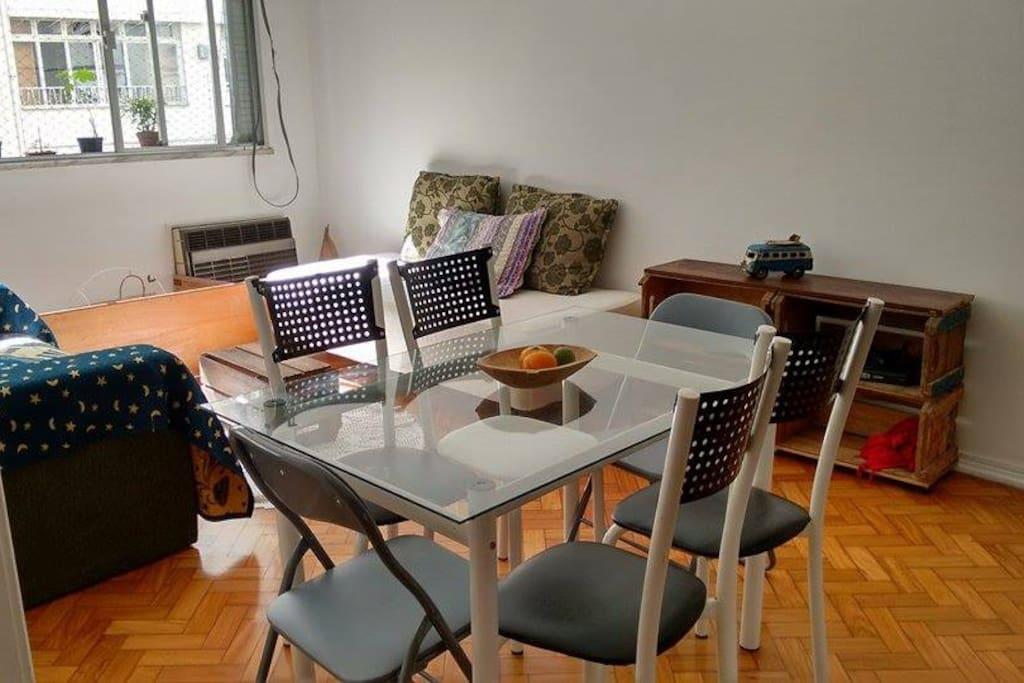 Sala com mesa, sofás compartilhados