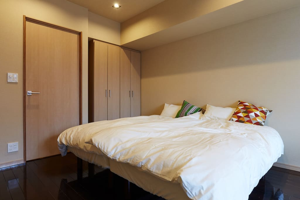 MAX 4P can stay 1 big room 2 Queen beds/2 futons No smoking Security double lock Check in     3pm Check out 11am 220 ppt speed wifi paid rental service(¥1000/day) Luggage Storage Service (1Luggage Price/2hour ¥1000) Clean Up Room Service(¥7000)  最大4名宿泊可能 1ビッグルーム クイーンベット2/布団2 禁煙 2重ロック ポケットWIFIレンタルサービス(¥1000/day) 荷物預かりサービス/1個の荷物価格 (2hour ¥1000) 滞在中お掃除サービス(¥7000税込)