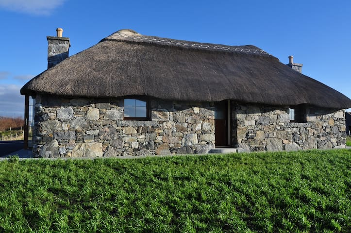 Cozy Thatched Cottage full of charm - South Uist Outer Hebredies Scotland - Bungalow