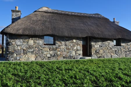 Cozy Thatched Cottage full of charm - South Uist Outer Hebredies Scotland