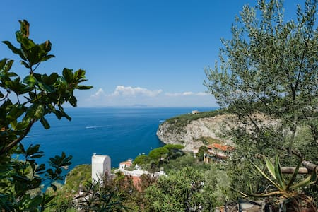 La Casetta in front Capri - San Montano - กระท่อม