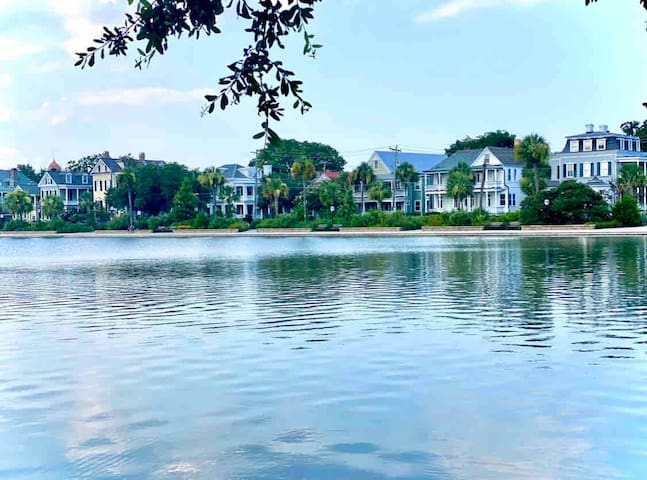 Stunning 1-Bed on Colonial Lake!