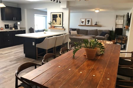 Sleeps 10 - Open layout, minutes north of downtown