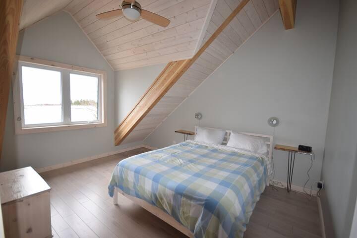 Queen bed in 2nd bedroom