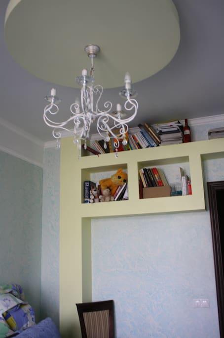 комната оснащена различной подсветкой