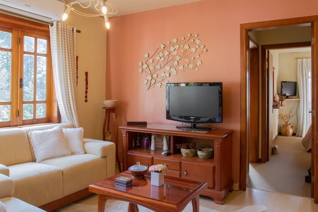 Sala de TV40 poleg.com SKY, integrada à sala de jantar e cozinha.