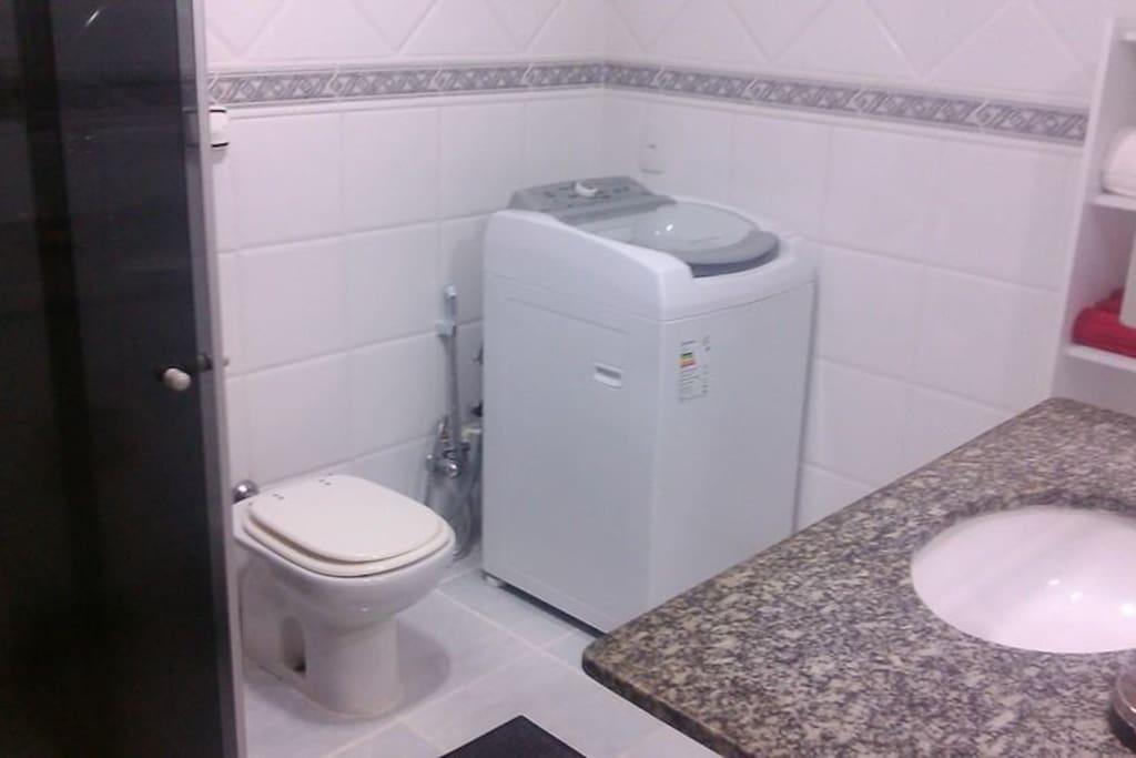 Banheiro com maquina de lavar