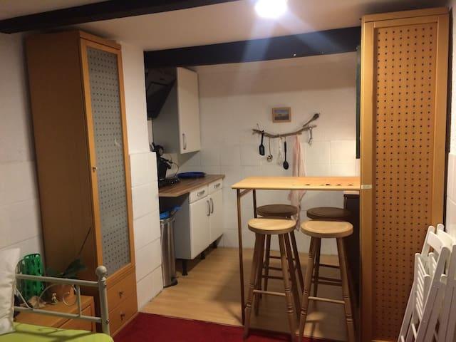 gemütliche Küchenecke mit Doppelplatte, Senseo-Kaffeemaschine und natürlich sämtl.Geschirr;-) Kein Backofen/Mikrowelle!