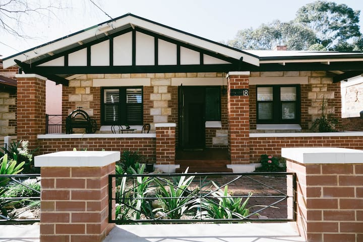 Character 2 bedroom half home B&B in leafy suburb - Hazelwood Park - 家庭式旅館