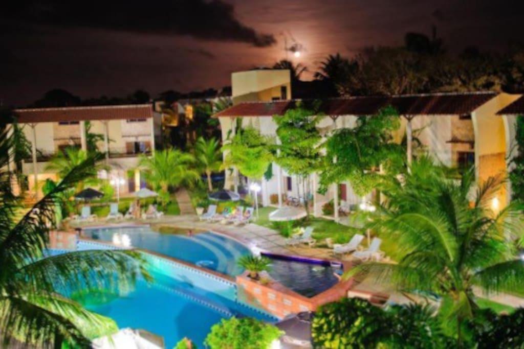 Área externa com piscinas, hidro, restaurante e bar molhado!  Condo area with swimming pools , hidro, restaurants and Wet Bar!
