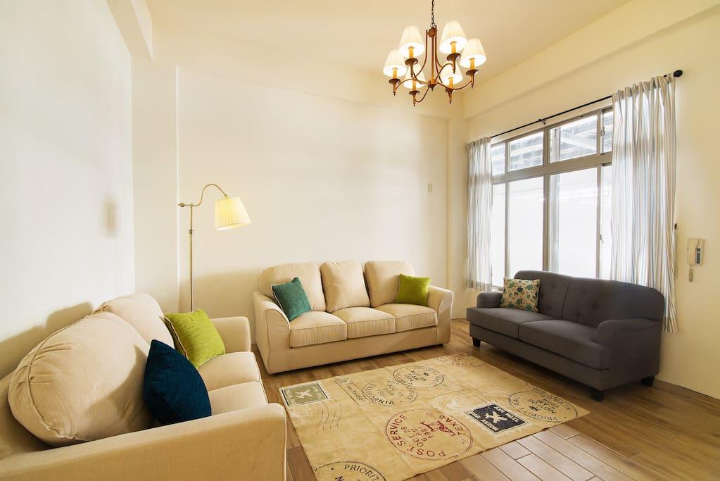 放鬆的客廳有舒服的沙發。really comfortable couch in the living room.