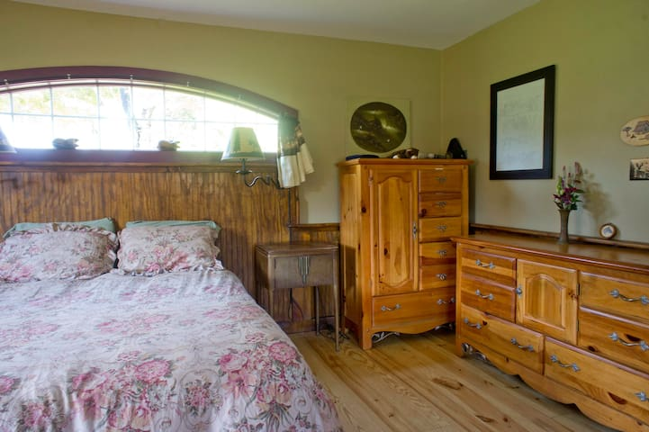 Mr Ed's Cabin - 27 acres & hot tub - Accord - Cabaña