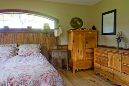Mr Ed's Cabin - 27 acres & hot tub - Accord