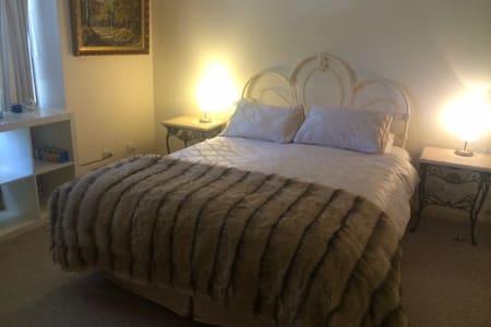 Gorgeous en-suite room close to CBD
