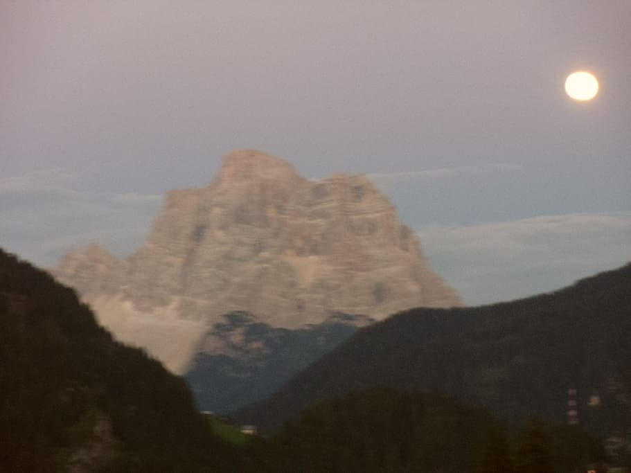 Il monte Pelmo accarezzato dalla luce della luna piena