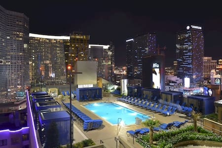 *STRIP SUITE &ROOFTOP POOL*OCT12-18