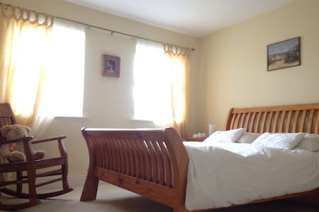 Beautiful & Spacious Master Bedroom - Kilworth - 一軒家