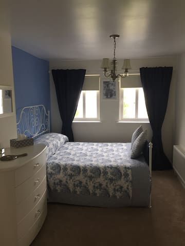 The Blue Room (King Bed, Ensuite)