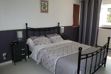 Chambre à 15 km d'Angers +petit déj - Soulaire-et-Bourg - Дом