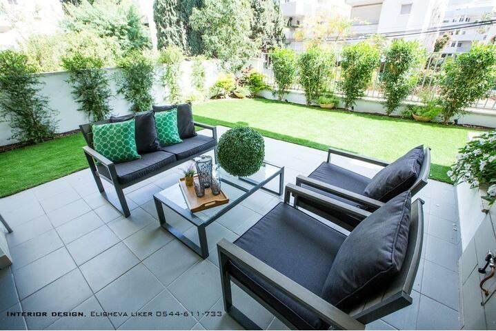 Center-of Town, (Kosher) 3 Bedroom Garden
