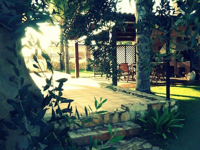 ampi spazi esterni con giardino inglese e bellissime piante