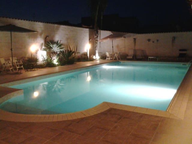 piscina illuminata anche di notte