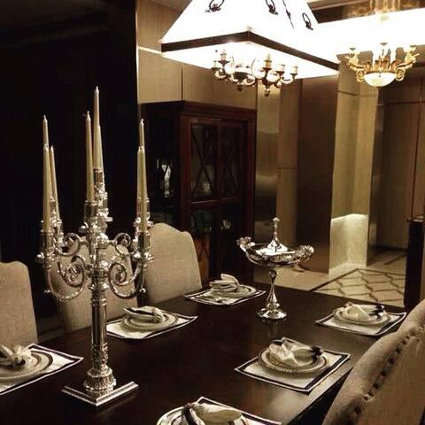 西餐桌 每晚有牛排晚餐 we provide steak~