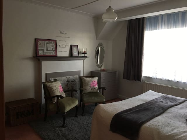 Lovely friendly spacious room 20min to London.