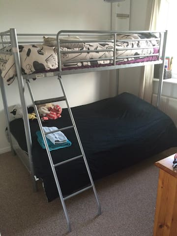 Private room for 2 or 3 people - Worthing - House