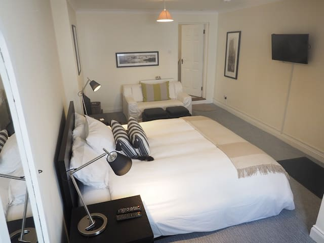 Stylish room by the water's edge - Kinsale