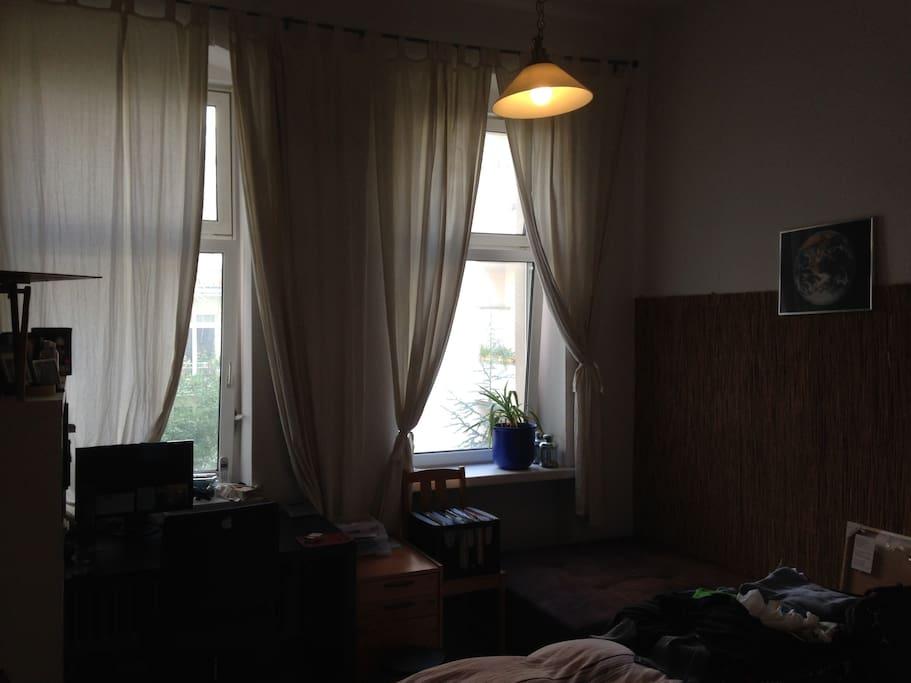 Doppelbett, Schreibtisch, ruhig