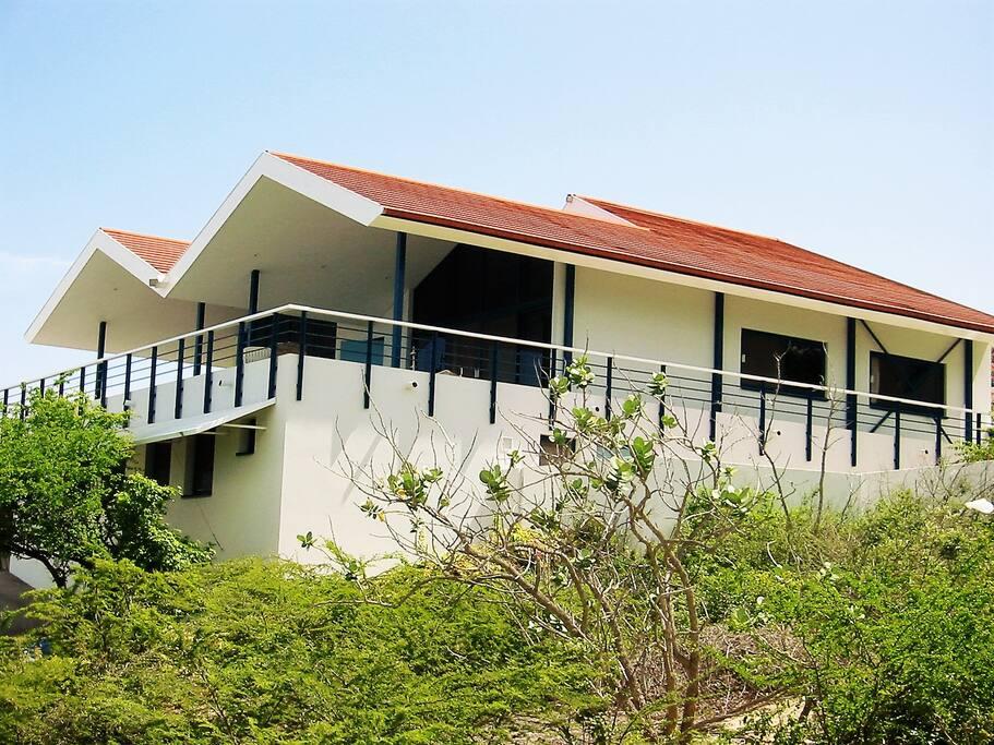 Zeer ruime villa met veel privacy (linker en rechter kavel zijn niet bebouwd)