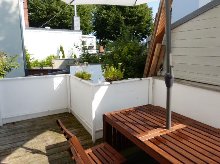 Sonnige und ruhige Terrasse zum Hof