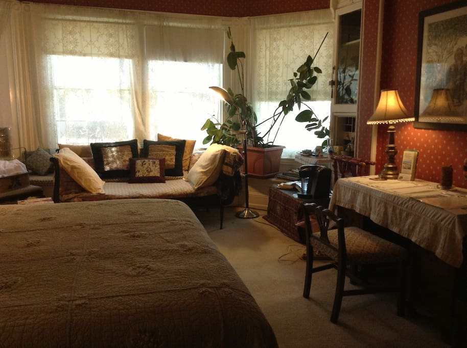 King size bed, large Bay Windows, day bed, A/C.
