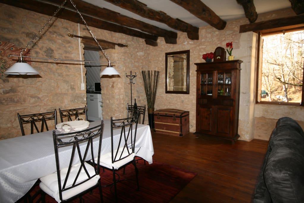 salon/salle à manger en pierres de 32 m2