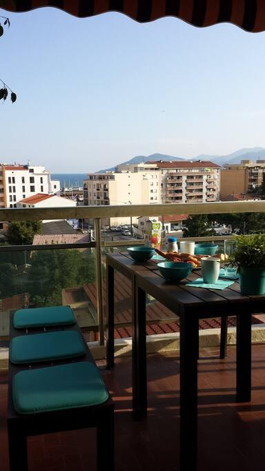 Agréable terrasse avec vue dégagée et bel aperçu mer