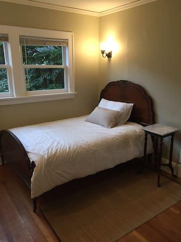 Close in NE Portland private room