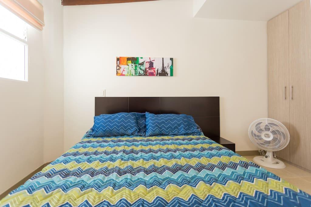 Cama doble y ventilador/Double bed and fan