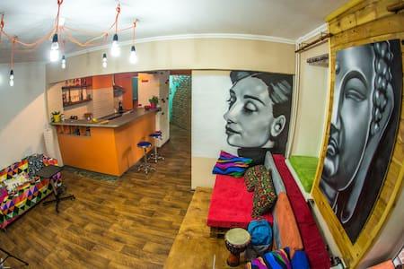 50_Studio in Loco Hostel+Free_Snowboard/ski_Lesson - Алматы