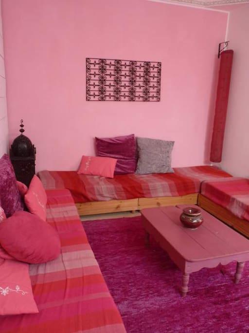 salon avec banquette marocaine avec lanterne et guirlande