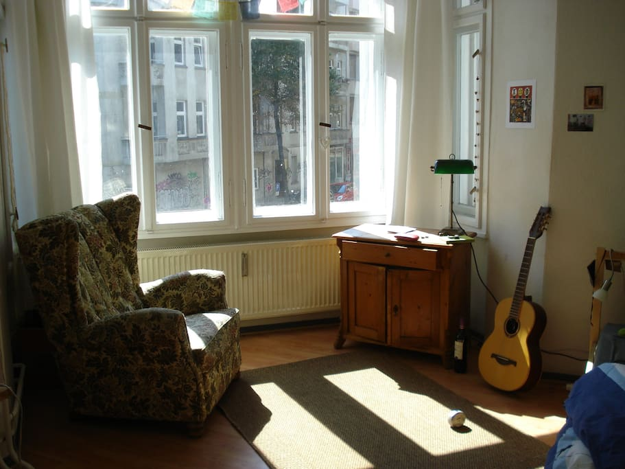 Room with oriel, guitar and a lot more is free for use