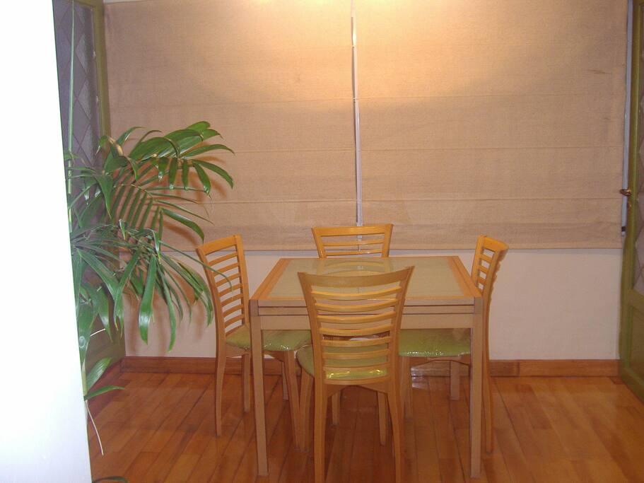 Área comedor con mesa plegable que duplica su tamaño.