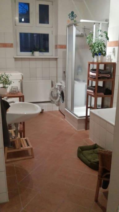 Großes geräumiges Badezimmer mit Waschmaschine, Dusche und Wanne