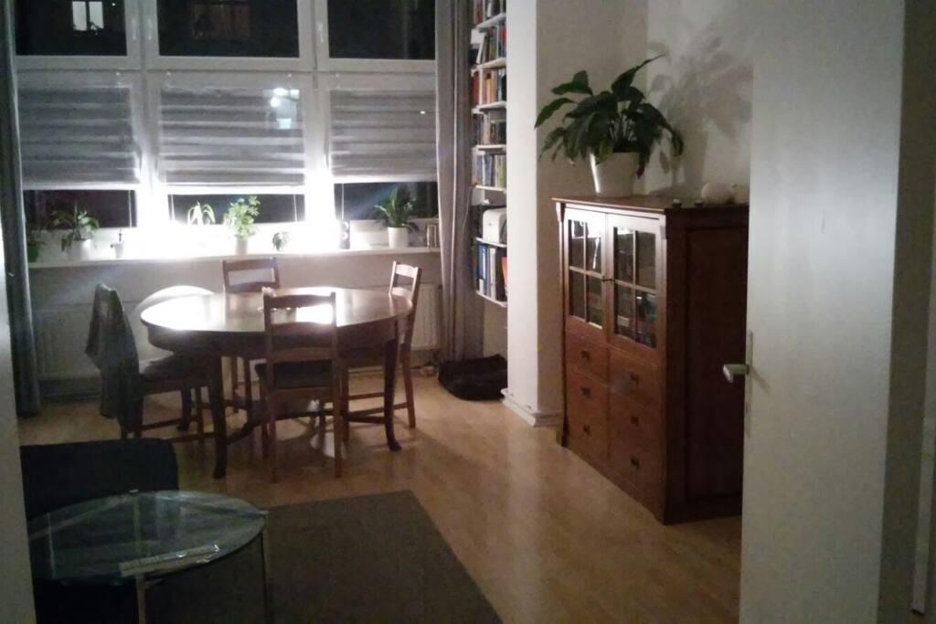Das Wohnzimmer mit Esstisch..