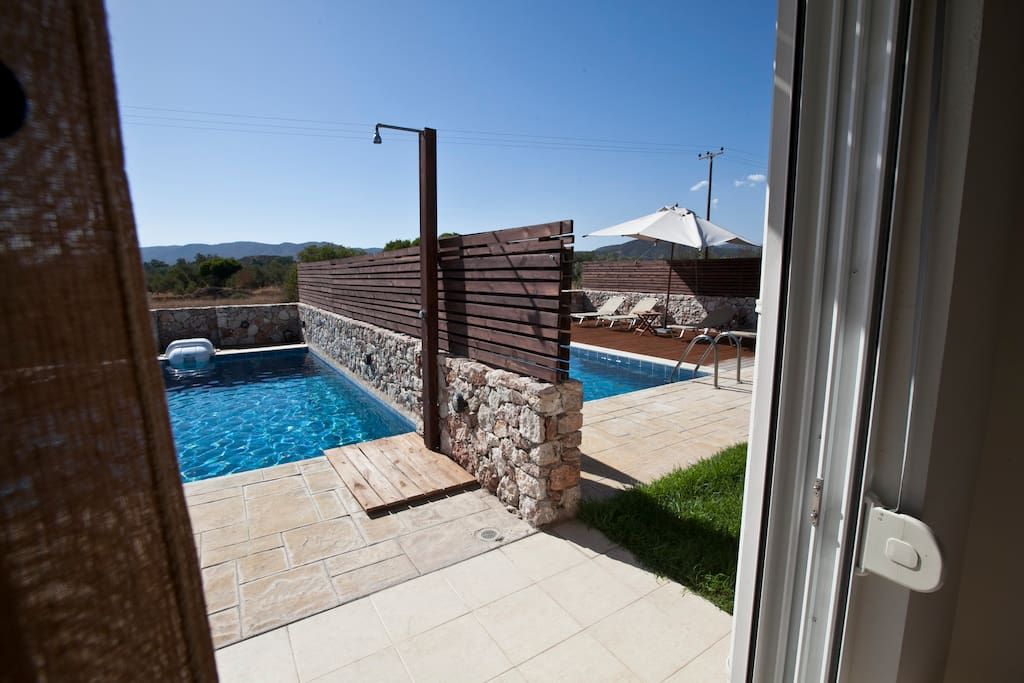 Ideal for big groups , eazy acsees with wood mooving door in pool area
