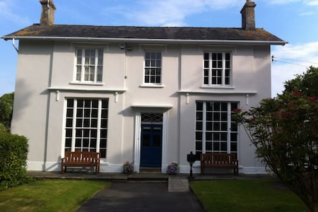Double room in large Georgian home - Chepstow - House