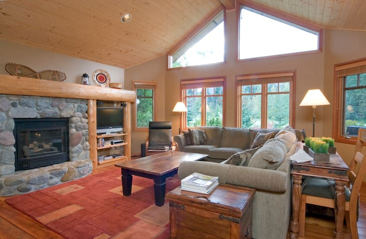 Gorgeous Whistler home 5 bedroom hot tub BBQ WIFI