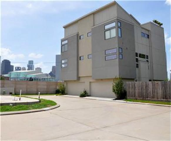 Private BR(1), Modern Townhome, in EaDo